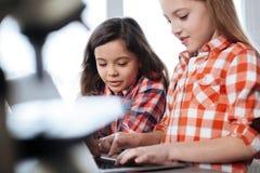 Studenti risoluti concentrati che annotano i risultati dello studio Immagini Stock