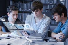 Studenti seri che lavorano al loro pc digitale della compressa Immagine Stock Libera da Diritti