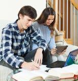 Studenti seri delle coppie che imparano per l'esame Fotografia Stock Libera da Diritti