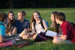 Studenti sicuri all'aperto Fotografia Stock