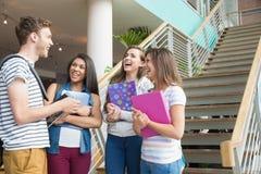Studenti sorridenti che chiacchierano insieme fuori Fotografia Stock