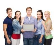 Studenti sorridenti con il computer portatile Fotografie Stock Libere da Diritti
