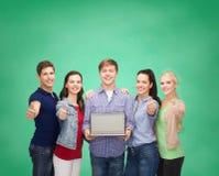 Studenti sorridenti con il computer portatile Immagini Stock Libere da Diritti