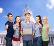 Studenti sorridenti con il computer portatile Fotografia Stock