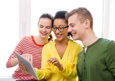 Studenti sorridenti con il pc della compressa alla scuola Immagine Stock Libera da Diritti