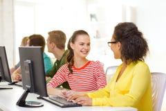 Studenti sorridenti nella classe del computer alla scuola Immagine Stock Libera da Diritti