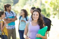 Studenti sorridenti sulla città universitaria dell'istituto universitario Fotografia Stock