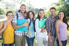 Studenti sorridenti sulla città universitaria dell'istituto universitario Immagini Stock