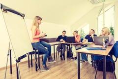 Studenti stanchi ed insegnante in aula Immagini Stock