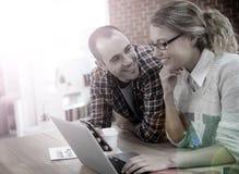 Studenti sul lavoro su un computer portatile Immagini Stock Libere da Diritti
