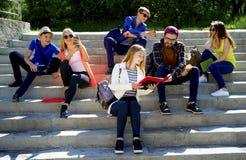 Studenti sulla città universitaria Fotografia Stock Libera da Diritti