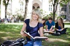 Studenti sulla città universitaria Immagini Stock Libere da Diritti