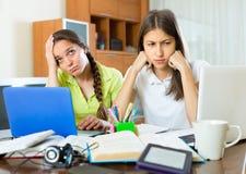 Studenti tristi che studiano a casa Fotografia Stock Libera da Diritti