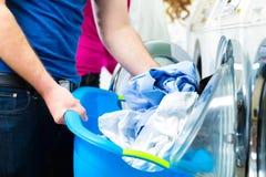 Studenti in una lavanderia immagine stock