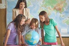 Studenti in una lezione di geografia Fotografia Stock