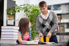 Studenti in una libreria Fotografia Stock