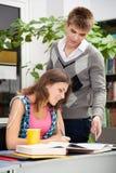 Studenti in una libreria Immagine Stock Libera da Diritti