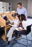 Studenti universitari allo studio del calcolatore delle biblioteche Fotografia Stock