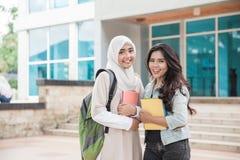 Studenti universitari asiatici sulla città universitaria Immagini Stock Libere da Diritti