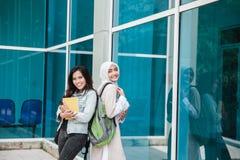 Studenti universitari asiatici sulla città universitaria Fotografia Stock Libera da Diritti