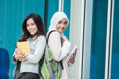 Studenti universitari asiatici sulla città universitaria Immagine Stock Libera da Diritti