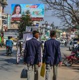 Studenti universitari che camminano sulla via fotografia stock libera da diritti