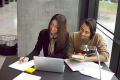 Studenti universitari che prendono a note per lei studio Fotografie Stock Libere da Diritti