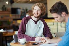 Studenti universitari che preparano per gli esami Immagini Stock