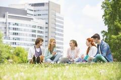 Studenti universitari che studiano insieme sulla terra della città universitaria Fotografie Stock