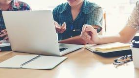 Studenti universitari che usando riunione del computer portatile per il compito i di ricerca Fotografie Stock