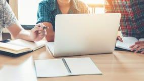 Studenti universitari che utilizzano computer portatile per il compito di ricerca nel colleg Fotografia Stock