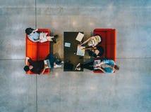 Studenti universitari con i libri ed il computer portatile Fotografia Stock