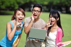 Studenti universitari felici grido e grido Immagini Stock