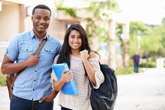 Studenti universitari maschii e femminili all'aperto sulla città universitaria Fotografia Stock Libera da Diritti