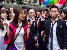 Studenti vietnamiti che celebrano graduazione Fotografie Stock