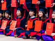 Studenti vietnamiti che celebrano graduazione Fotografia Stock