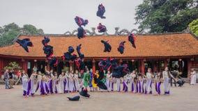 Studenti vietnamiti che celebrano graduazione al tempio di letteratura Fotografia Stock