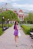 Studentin auf Gegend der Landesuniversität Stockfotos