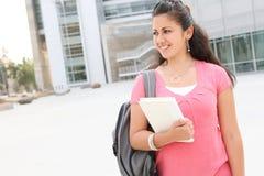 Studentin, die auf den Hochschulcampus geht Stockfoto