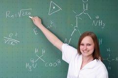 Studentin, die eine Darstellung in einem laborat hält lizenzfreie stockbilder