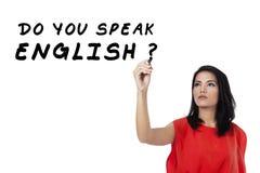 Studentin, die Englisch 2 lernt lizenzfreies stockfoto