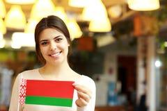 Studentin, die Flagge von Weißrussland hält Lizenzfreie Stockbilder