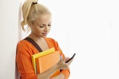 Studentin, die Handy verwendet Lizenzfreie Stockfotos