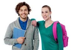 Studentin, die ihren Arm auf Freundschulter stillsteht lizenzfreies stockfoto