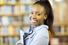 Studentin, die Laptop hält Stockfotos