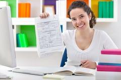 Studentin, die perfekten Grad A plus zeigt. Lizenzfreie Stockfotografie