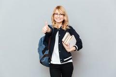 Studentin, die sich Daumen zeigt Lizenzfreie Stockbilder