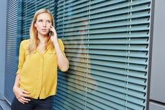 Studentin, die Telefonanruf mit Smartphone macht Stockbild