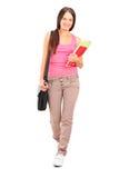 Studentin mit dem Taschen- und Buchgehen Lizenzfreies Stockfoto