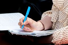 Studentin mit einem Stift in seiner Hand merkt wichtige Informationen stockbilder